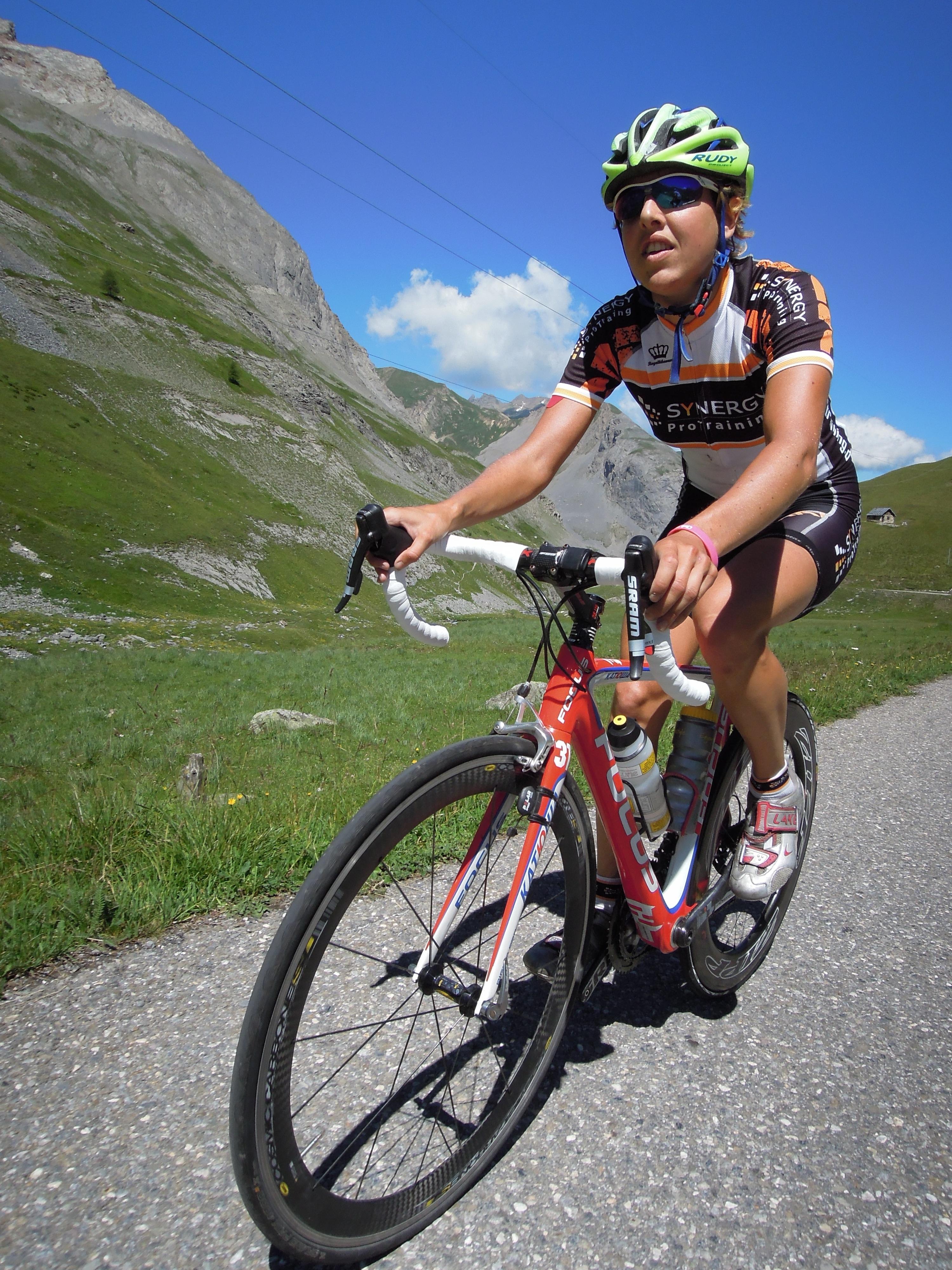 die Neuscheler Famile beim sommerlichen Alpen-Radeln. Ein Bild aus optimisticherer Sommerzeit - leicht angestrengt wegen der Steigung :-)